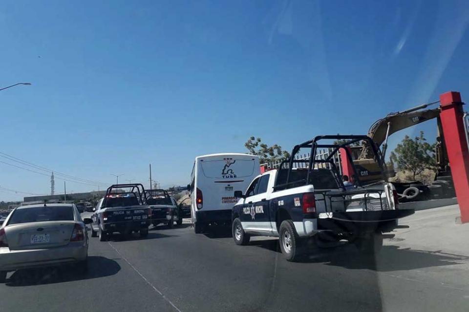 Choca camión urbano contra muro de lote de carros en Cabo San Lucas