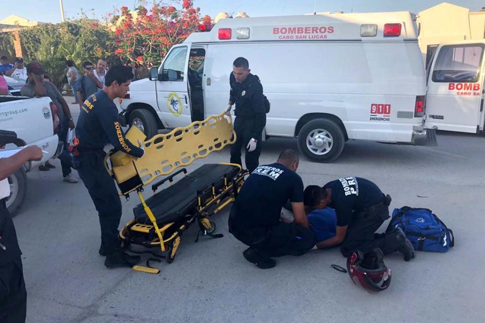 Con fracturas resulta un motociclista atropellado en colonia Lomas del Valle en CSL