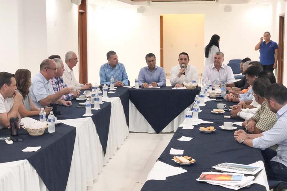 Sostiene encuentro SEPUIM con integrantes de CANACO La Paz