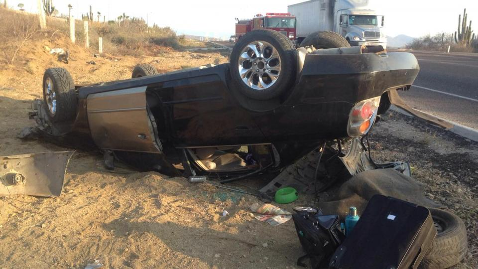 Joven sufre volcadura a la entrada de Cabo San Lucas, resulta ileso