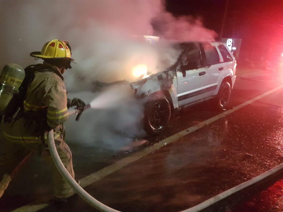 Arde en llamas vehículo que circulaba por corredor turístico en CSL