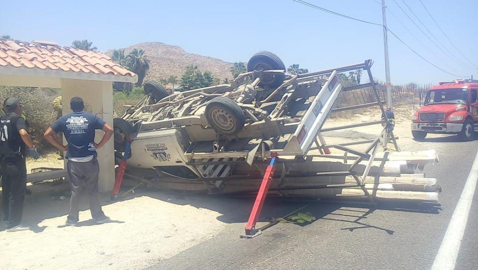 Volcadura de camioneta de carga deja una persona lesionada en corredor turístico