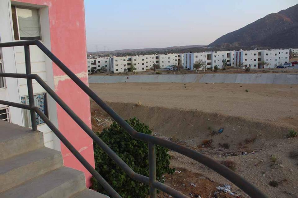 Esperan vecinos de Puerto Nuevo que AMLO vea sus edificios habitacionales en medio de arroyos