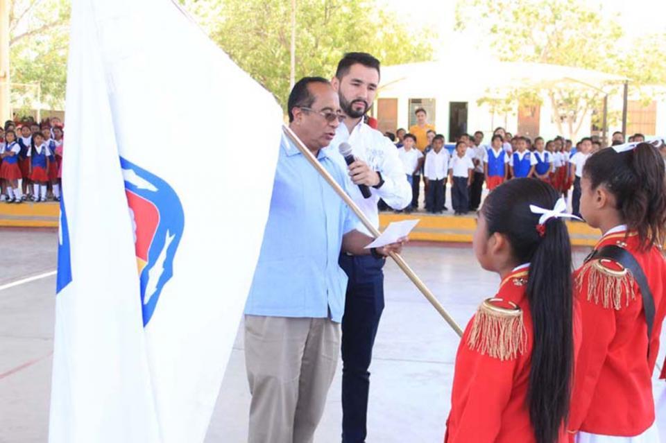 Con abanderamientos escolares se construye ciudadanía en BCS: George Flores