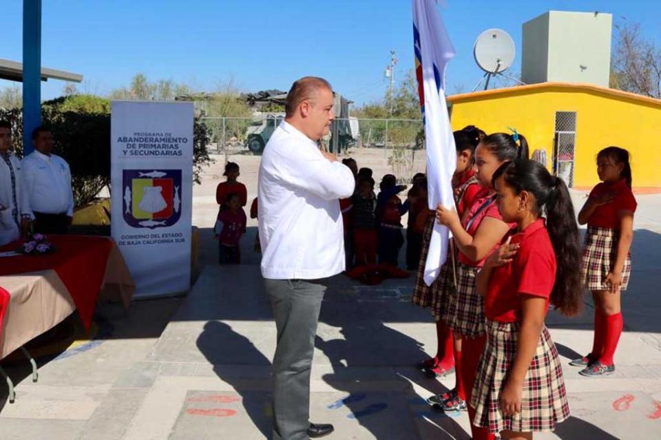 Abandera la STDS a 39 instituciones educativas