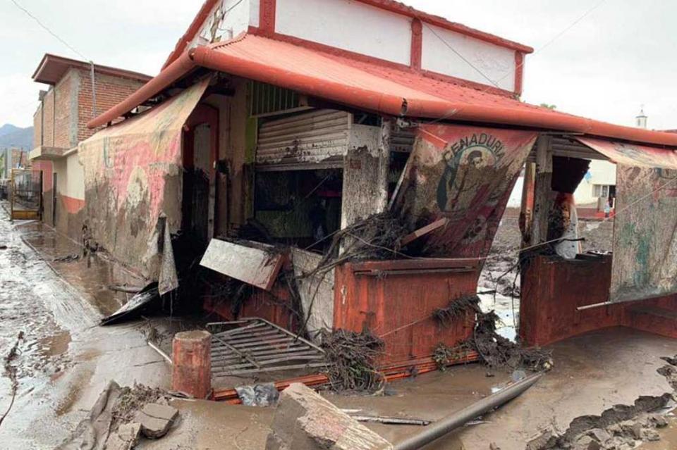 Suman dos muertos y cinco desaparecidos tras desborde de río en Jalisco