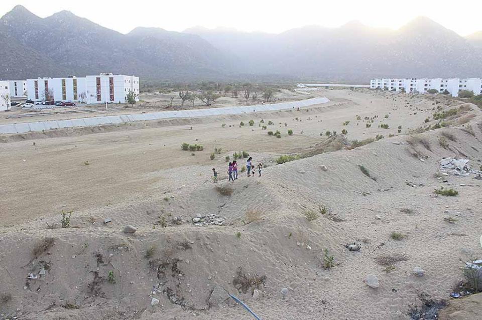 Compromiso de Sandra Moreno con habitantes de Puerto Nuevo a solucionar problema que enfrentan al vivir en zona de riesgo