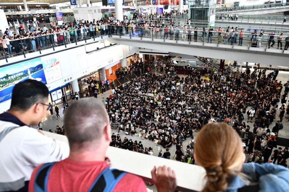 Manifestantes ocupan sala de llegada de aeropuerto de Hong Kong