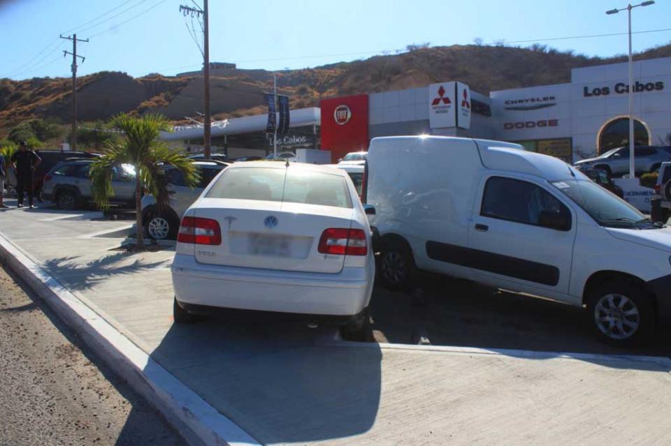 Conductor de automóvil pierde el control y termina chocando con dos vehículos de una agencia