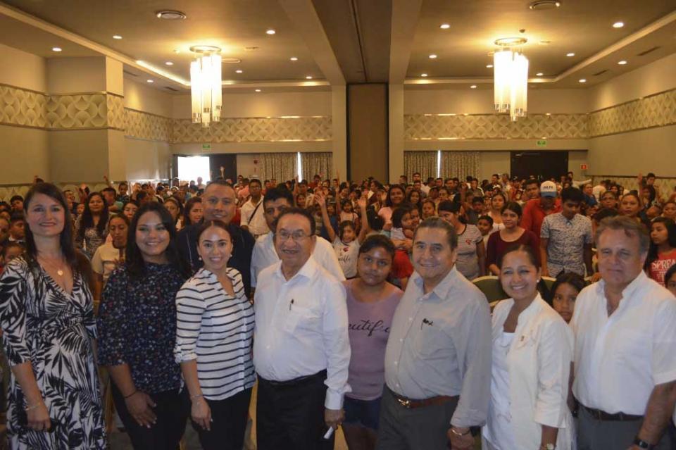 Hijos de trabajadores de la CROC reciben becas económicas para útiles escolares