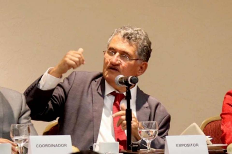 Niega Arturo Alcalde ser abogado de Romero Deschamps