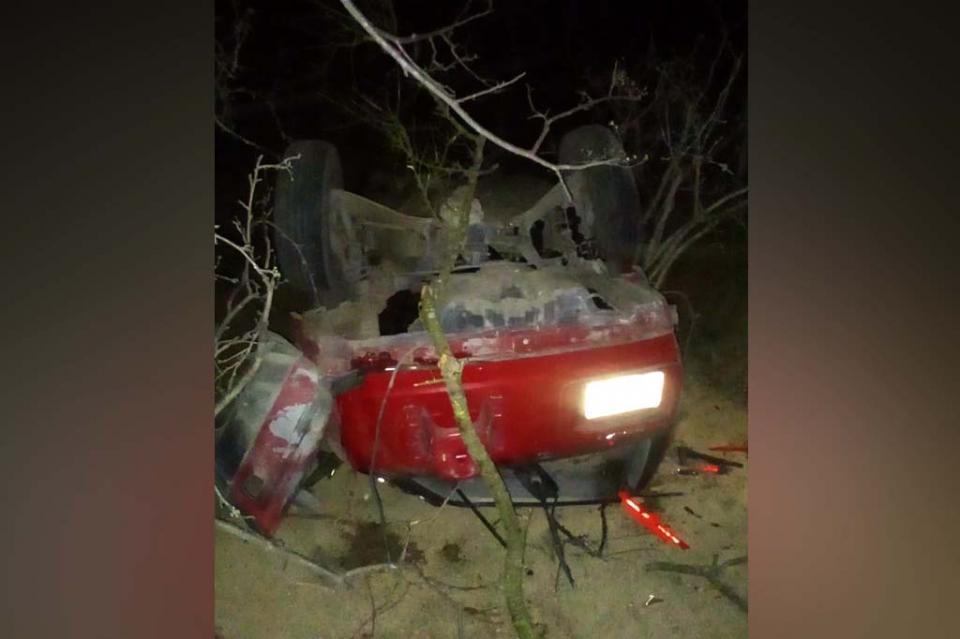 Vuelcan en automóvil robado, uno muere y dos quedan lesionados rumbo a Los Planes