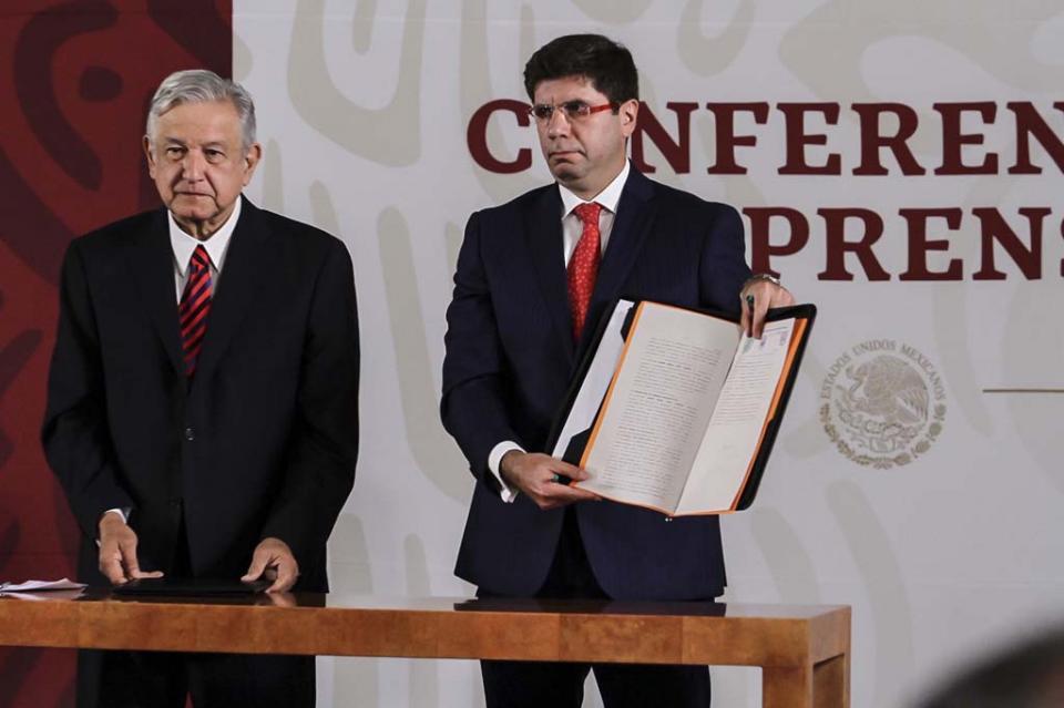 López Obrador firma compromiso de no reelección ante notario público