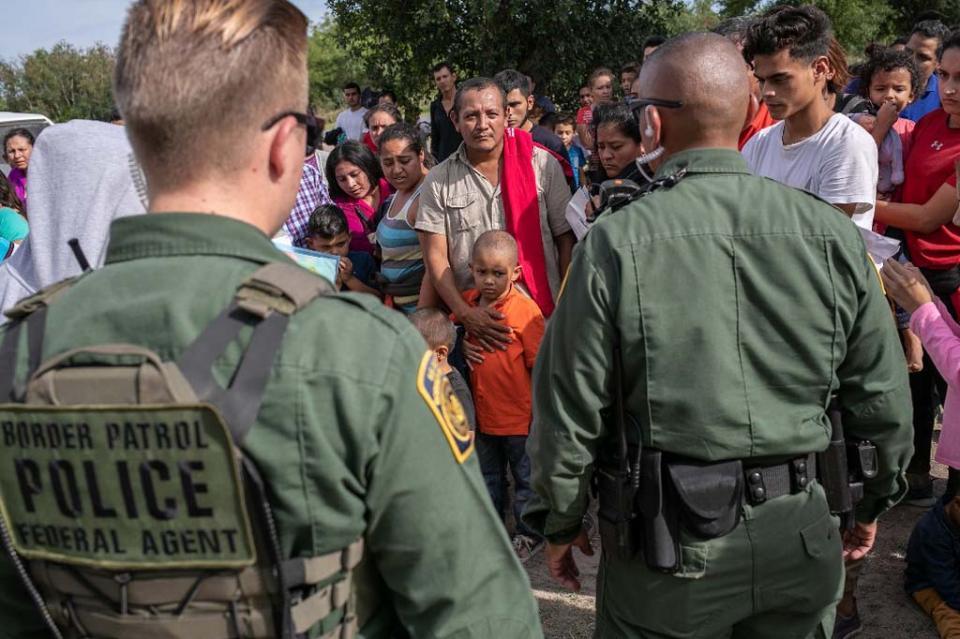Los arrestos de migrantes en la frontera entre México y EEUU caen un 28% en junio