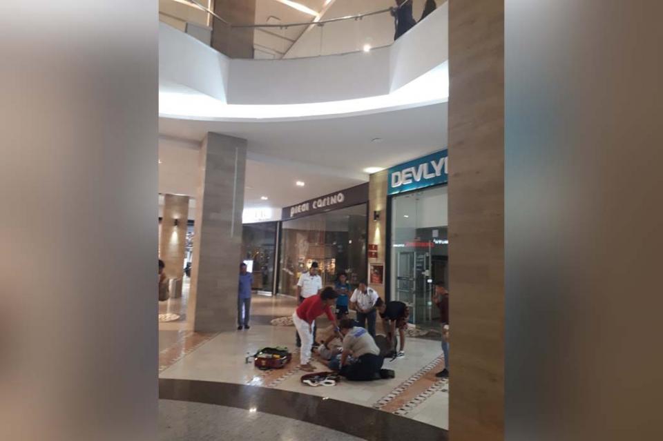 Adolescente se tira desde segundo piso de plaza comercial en Cabo San Lucas