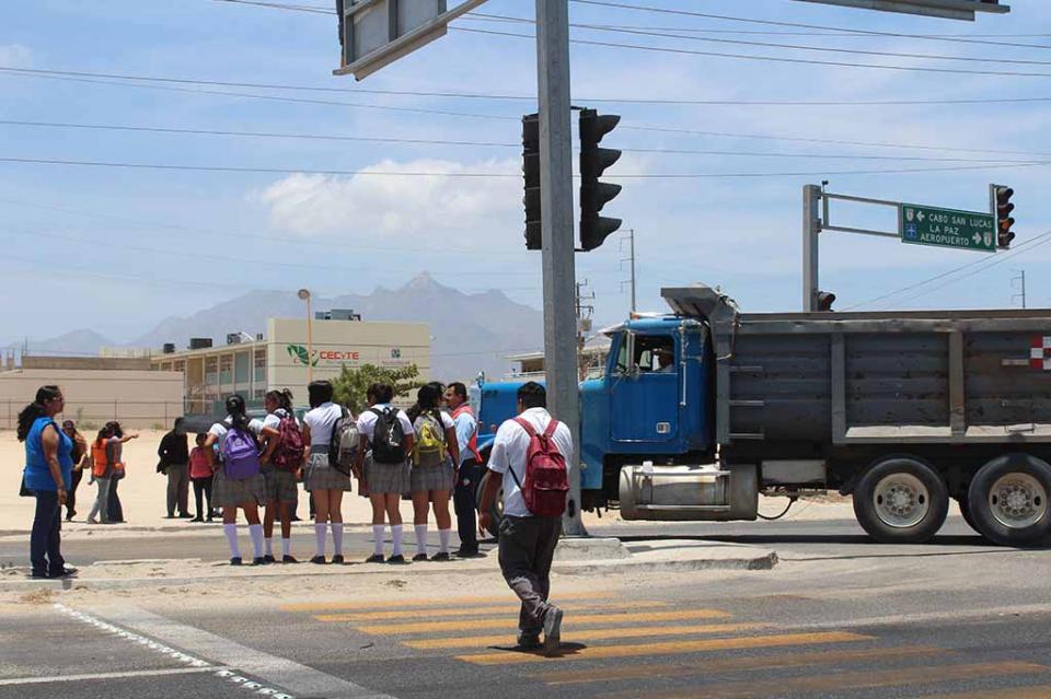 """A espera de que sea autorizado puente peatonal en carretera federal frente a Cecyt en San Bernabé"" SCT"