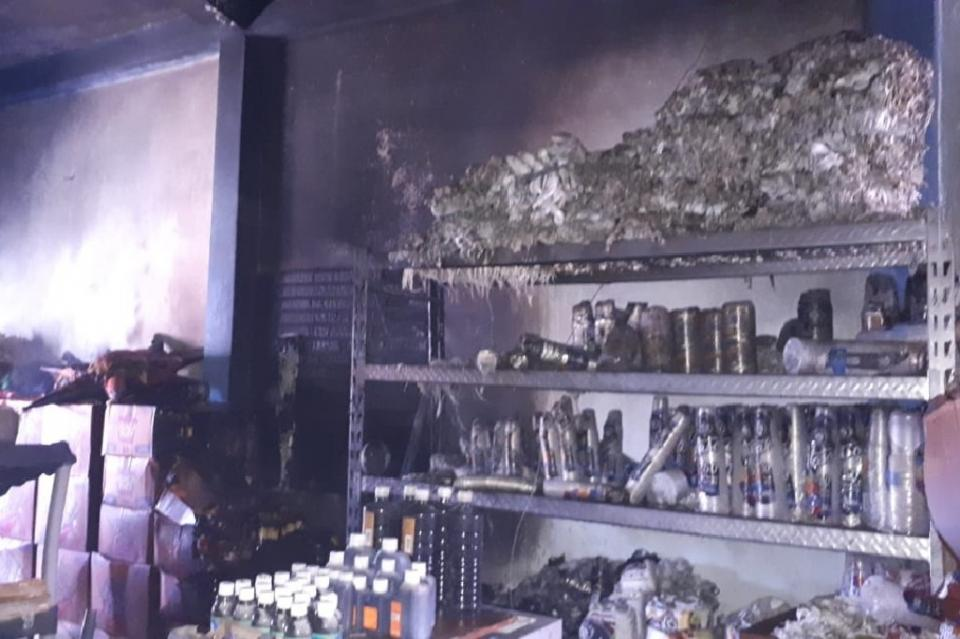 Descontrolado incendio termina con dulcería en colonia Las Palmas