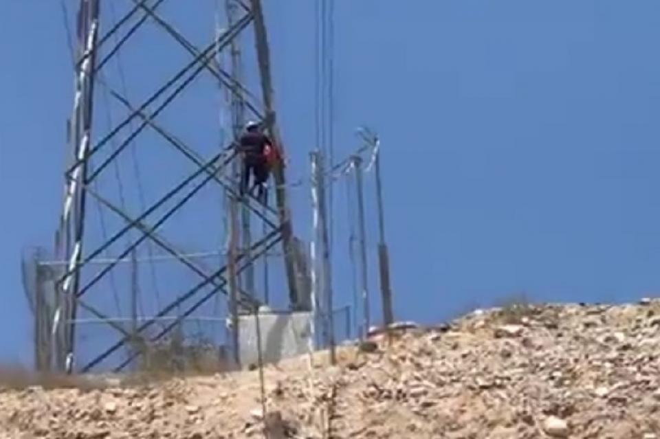 Mujer sube a una antena de alta tensión en Valle del Mezquite en La Paz