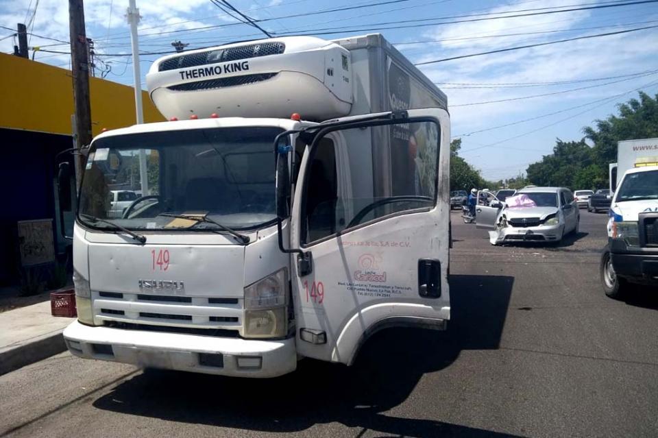 Camión repartidor de leche se pasó el alto y choca contra conductora embarazada en La Paz