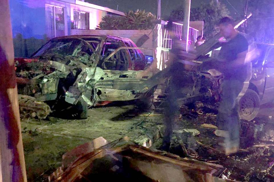 Auto sin control choca contra dos carros y se incendia en Ciudad Constitución