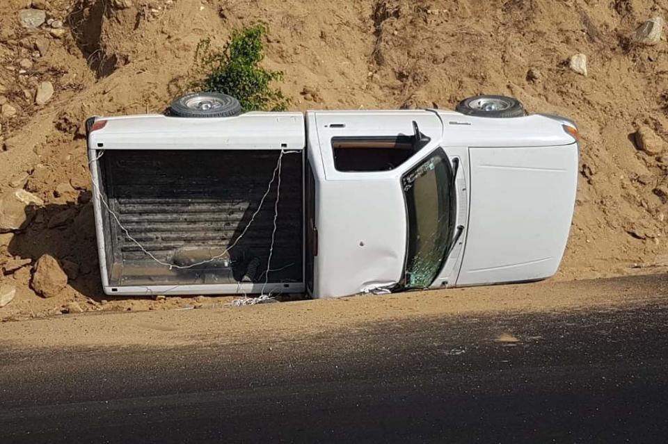 Falla mecánica provoca volcadura de una camioneta en Caduaño