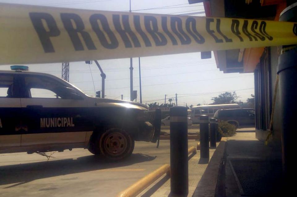 A punta de pistola asaltan tienda de conveniencia en Guaymitas