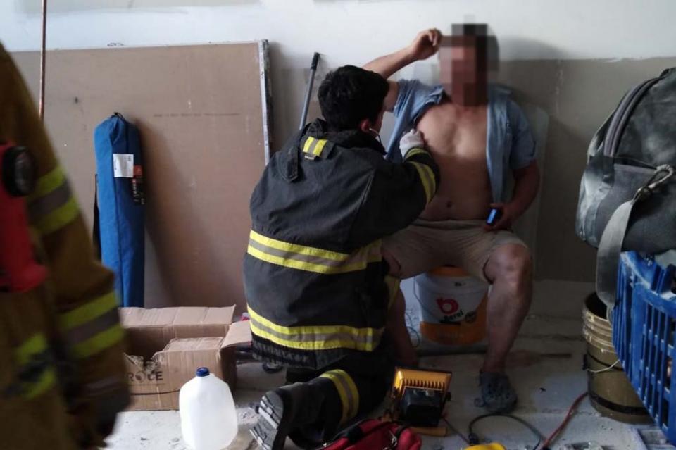 Trabajador sufre descarga eléctrica en plaza San Lucas