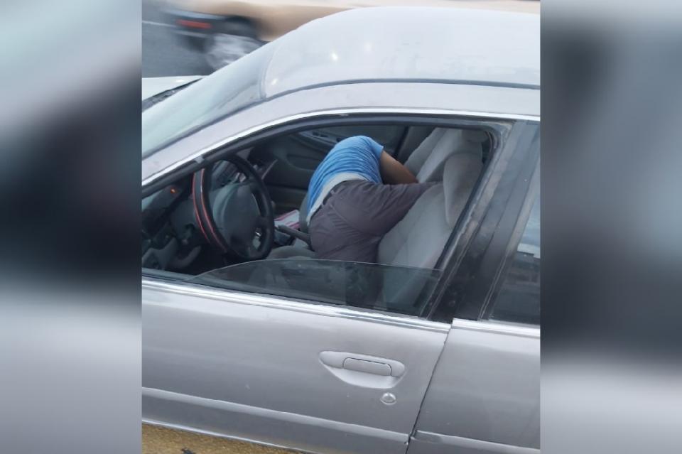 Dejó su auto a mitad de carretera para echarse una siesta