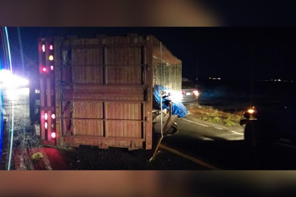 Sufre volcadura camión de carga que iba a Pichilingue
