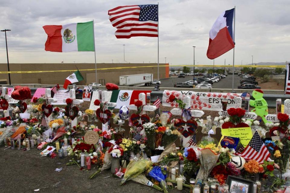 Ondea la bandera mexicana en el memorial de El Paso