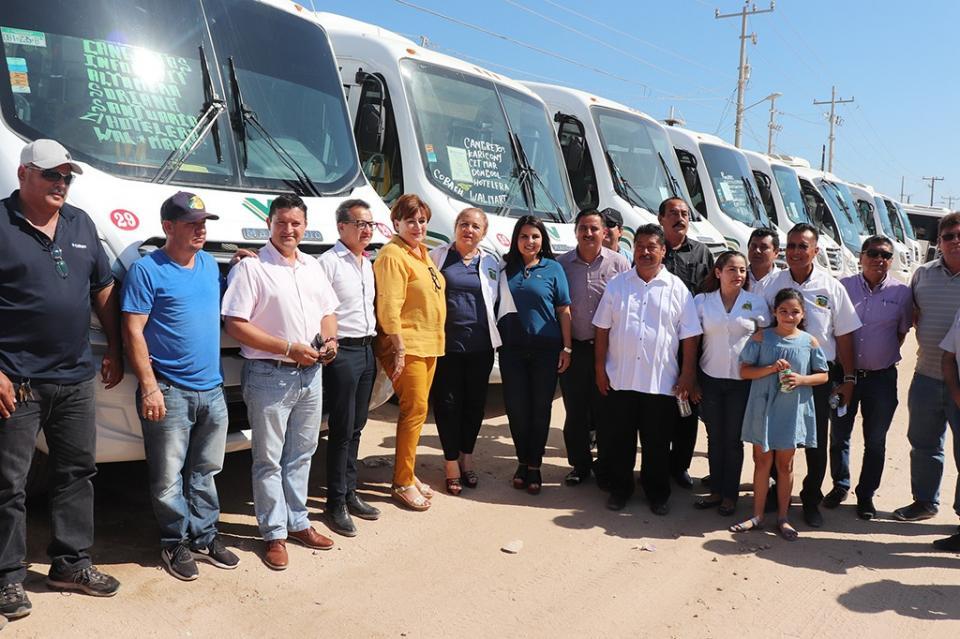 En apoyo al Transporte Público Armida Castro da banderazo de salida a nuevas unidades del gremio Tracolsa