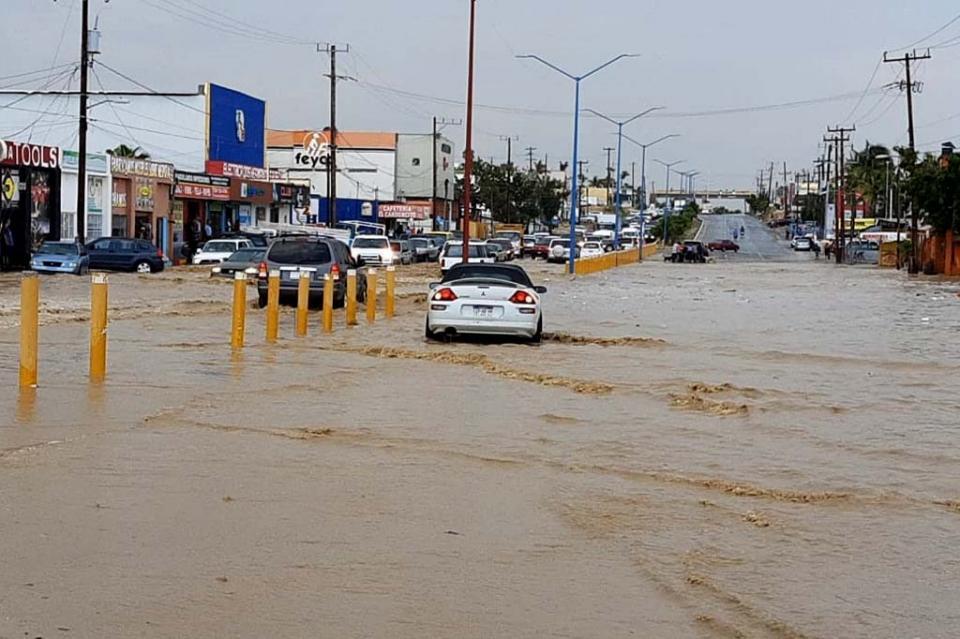 Crecida de arroyos genera caos vial en varios puntos de la carretera transpeninsular en San José del Cabo