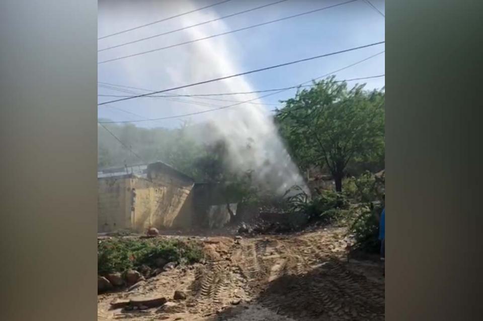 Fuga de miles de litros por accidente con retroexcavadora en Cabo San Lucas