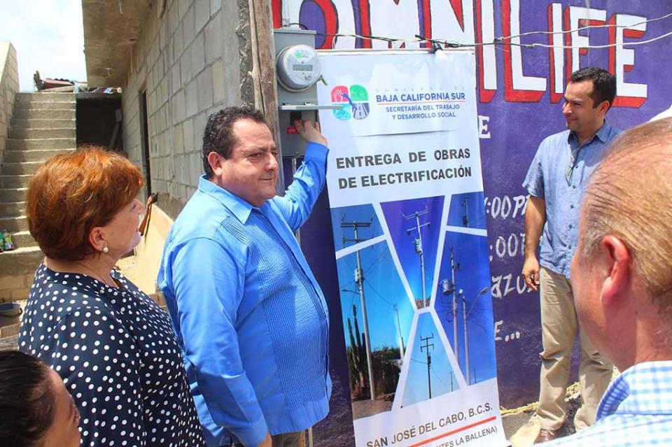 Electrifican La Ballena pero vecinos temen no poder conectarse por adeudos con el Ejido