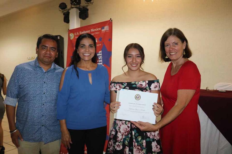 Certifica embajada de Estados Unidos 47 preparatorianos de BCS