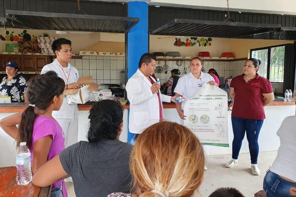 Salud realiza fomento sanitario en comunidades afectadas por el huracán Lorena
