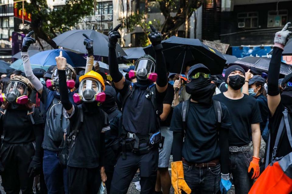 Cientos de hongkoneses desafían prohibición de la policía sobre marcha