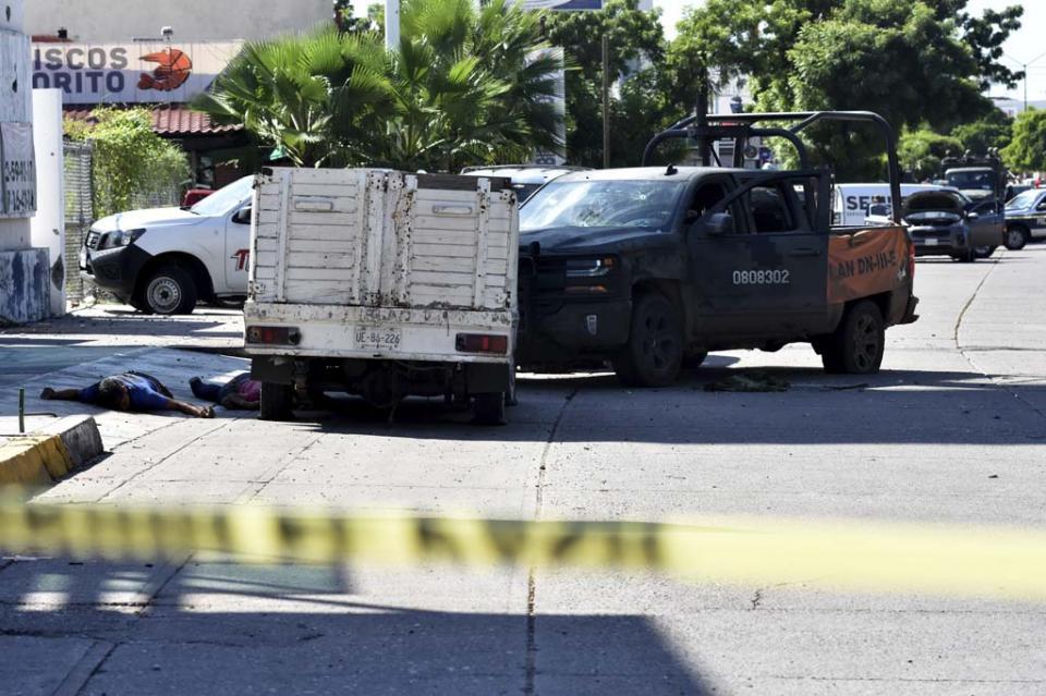 Camioneta clonada de Sedena aparece junto a dos cadáveres en Culiacán