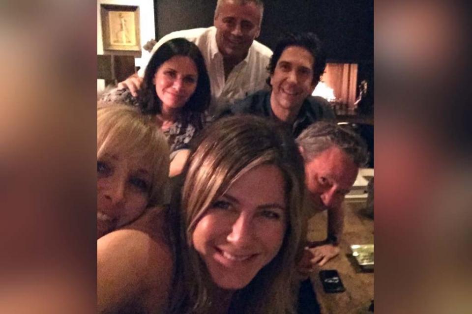 """Sorprende Jennifer Aniston con nueva cuenta en Instagram y selfie con el reparto de """"Friends"""""""