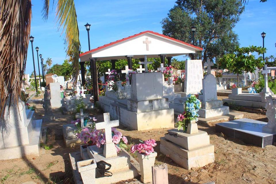 Limpieza de panteones para la celebración de Día de Muertos.