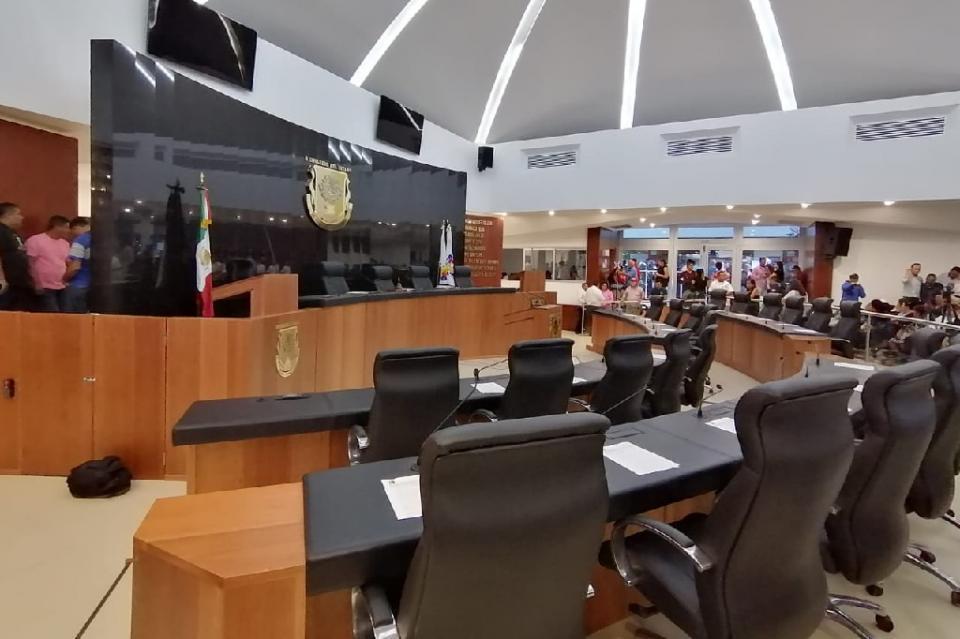 Pasadas las 12:00 horas, aún no inicia la Sesión del Congreso del Estado, donde se daría lectura al dictamen de la Ley de Movilidad