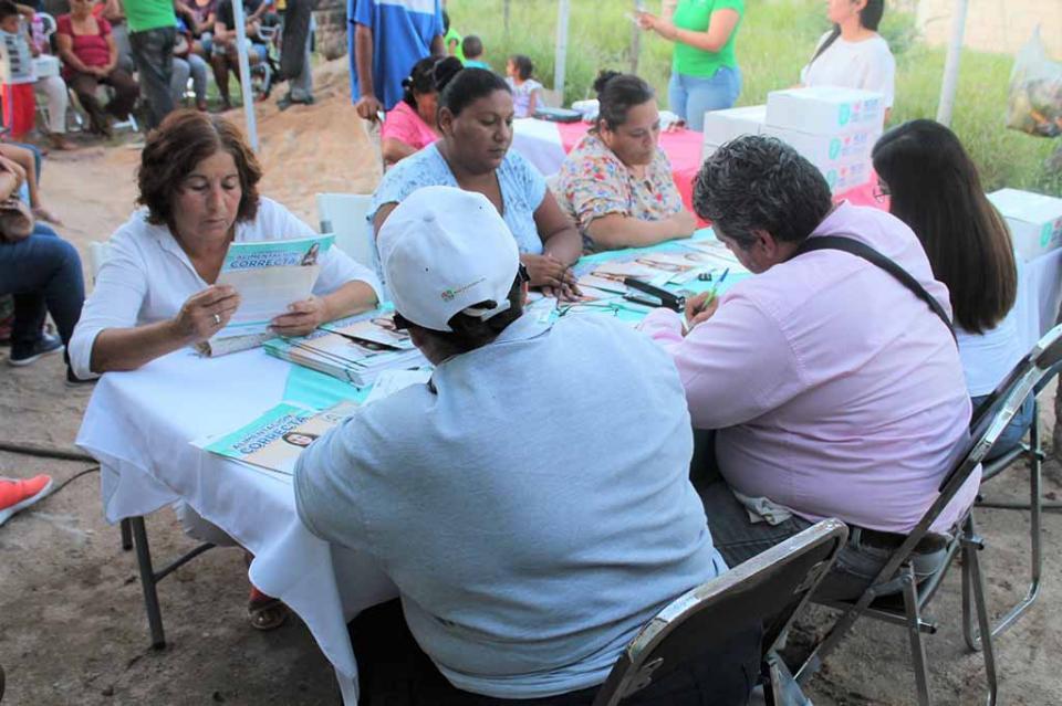 Familias de La Paz en estado de vulnerabilidad reciben apoyos por parte del SEDIF