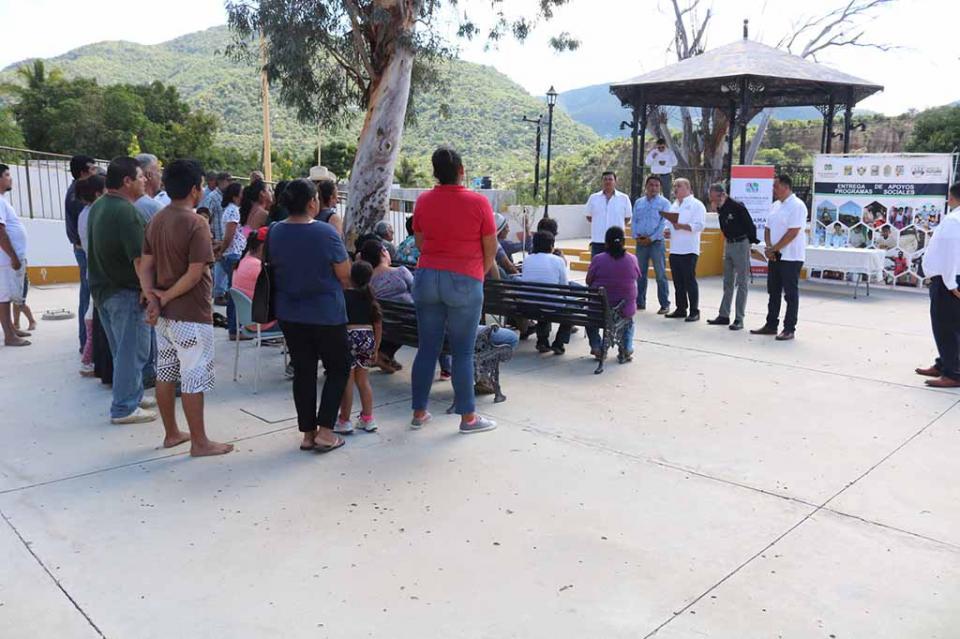 Familias de San Bartolo y el Carrizal reciben apoyos del programa Piso Firme