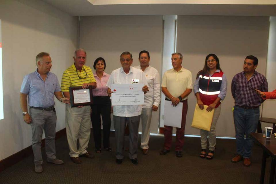 Entregan Desarrolladores Turísticos donativos a Cruz Roja y Bomberos, por Torneo de Golf Manuel Díaz Ribera