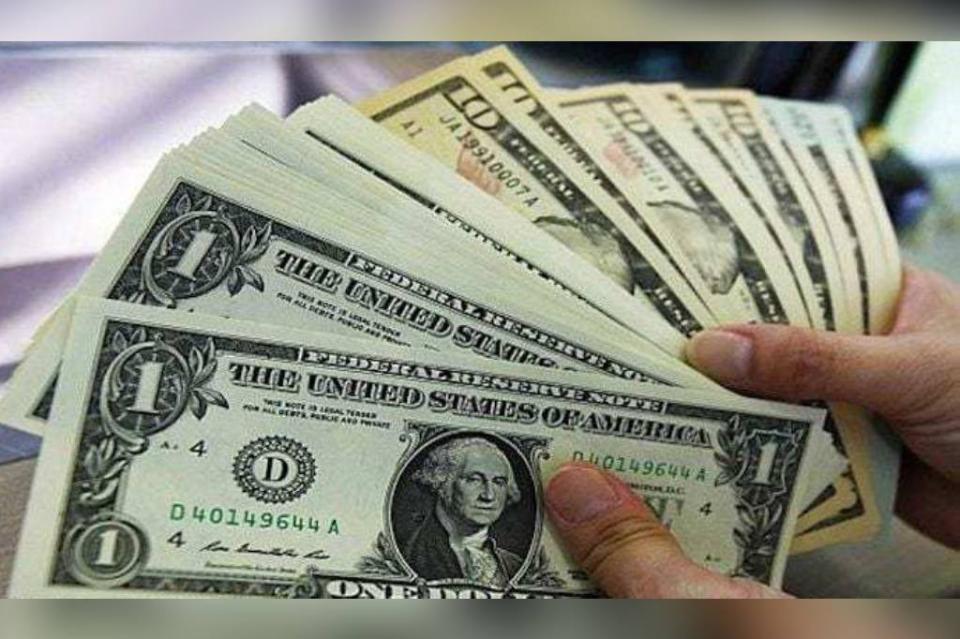 Dólar vuelve al alza, se vende en 19.95 pesos en bancos capitalinos