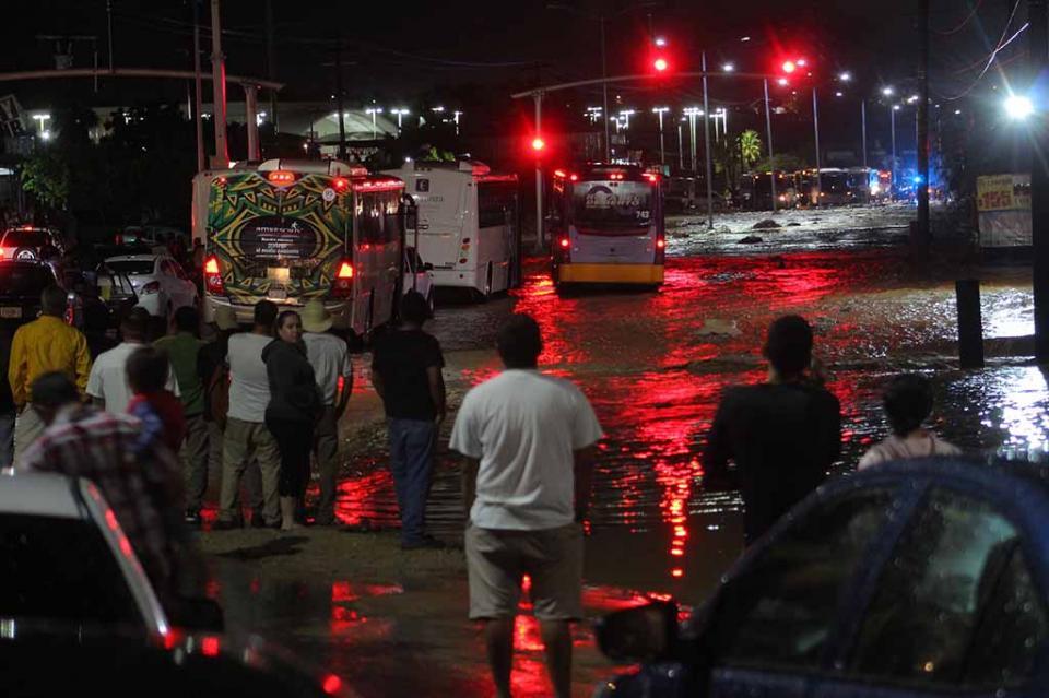 """Cortes en la carretera, carros atascados y deslaves; cierre de los aeropuertos de SJC y CSL y los puertos, daños al acueducto afectando a cientos de familias, 14 personas albergadas en el puerto sanluqueño, saldo de """"Raymond"""" a su paso por Los Ca…"""