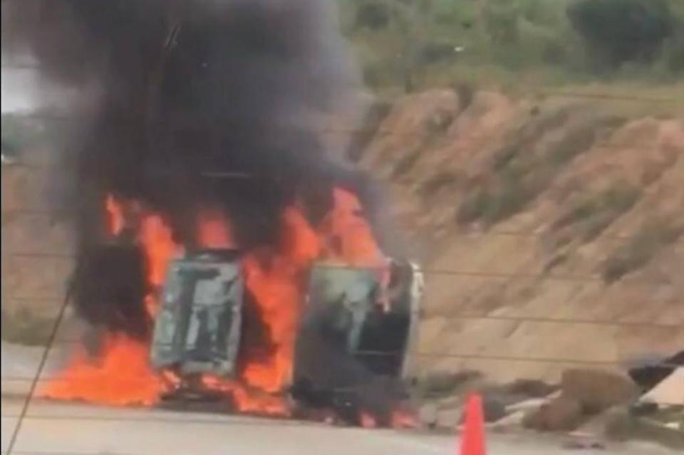 Vehículo termina envuelto en llamas en libramiento San José del Cabo