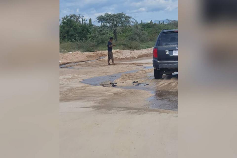 Corren aguas negras por brecha Nicolás Tamaral