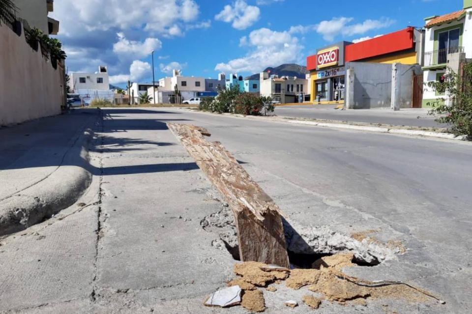 Gran socavón en el bulevard de Monte Real pone en riesgo a automovilistas y peatones