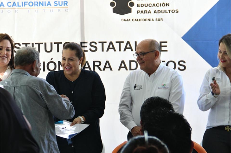 Adultos reciben certificado de estudios básicos del IEEA